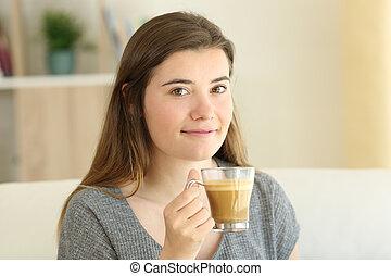 felice, adolescente, presa a terra, uno, caffè, con, latte, tazza, guardando, lei