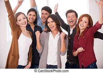 felice, affari, team., gruppo, di, allegro, giovani persone, standing, chiudere, a, altro, e, custodia, bracci alzati