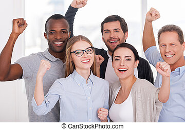 felice, affari, team., gruppo, di, allegro, persone affari, in, usura casuale, standing, chiudere, a, altro, e, custodia, bracci alzati