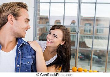felice, affettuoso, giovane coppia