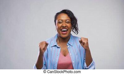 felice, africano american donna, festeggiare, successo