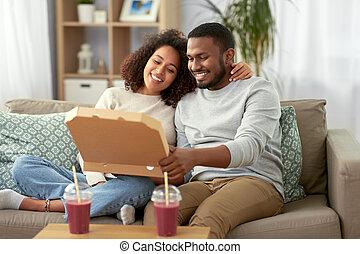felice, africano, consumo pizza, casa, americano, coppia