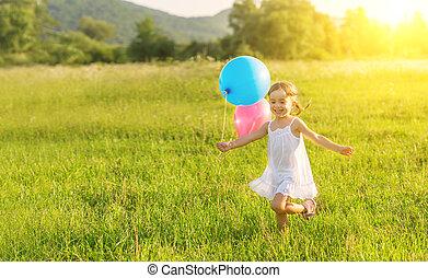 felice, allegro, ragazza, gioco, e, divertimento, con, palloni, in, il, estate