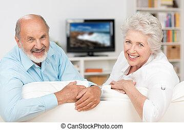 felice, amichevole, coppia anziana