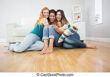 felice, amici, giovane, femmina, abbracciare