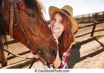 felice, bello, giovane, cowgirl, con, lei, cavallo, su, ranch