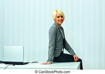 felice, biondo, donna d'affari, sedere tavola, a, ufficio