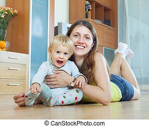 felice, chiomato, mamma bambino, su, pavimento legno