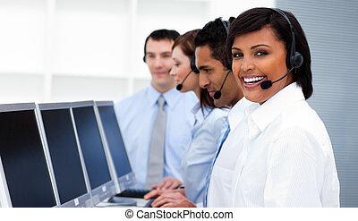 felice, colleghi lavoro, con, cuffie, su, lavorativo, in, centro chiamata