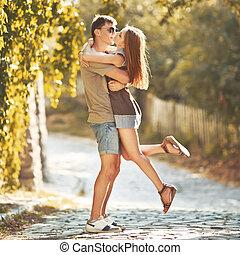 felice, coppia adolescente, abbracciare, a, strada., grande,...