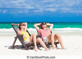 felice, coppia romantica, godere, il, sole, spiaggia