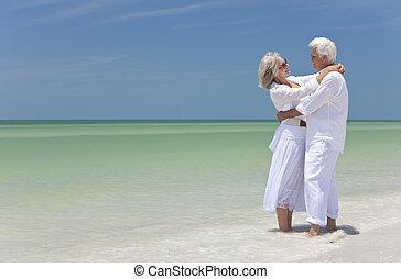 felice, coppie maggiori, abbracciare, su, uno, spiaggia tropicale