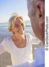 felice, coppie maggiori, ballo, su, uno, spiaggia tropicale