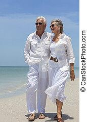 felice, coppie maggiori, camminare, vicino, mare, su, spiaggia tropicale