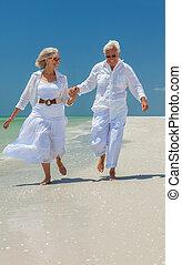 felice, coppie maggiori, correndo, su, uno, spiaggia tropicale