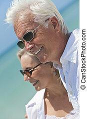 felice, coppie maggiori, dall'aspetto, a, mare, su, uno, spiaggia tropicale