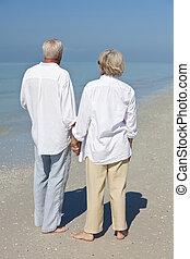 felice, coppie maggiori, holding, mani, uno, spiaggia tropicale