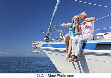felice, coppie maggiori, seduta, su, uno, imbarcazione vela