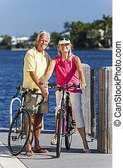 felice, coppie maggiori, su, bicycles, vicino, uno, fiume