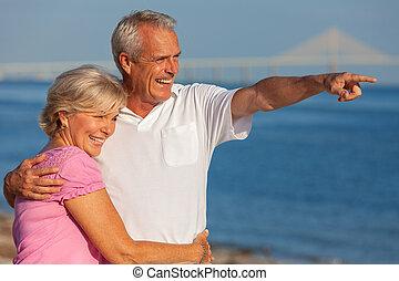felice, coppie maggiori, su, uno, spiaggia tropicale