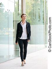 felice, donna affari, camminare, esterno, costruzione ufficio