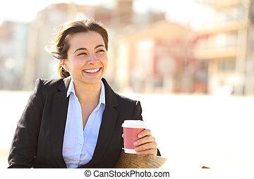 felice, donna d'affari, osservare via, a, pausa caffè
