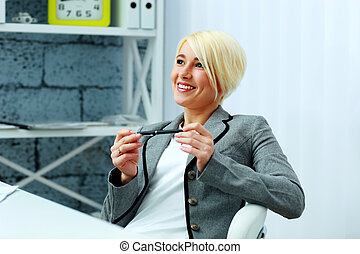 felice, donna d'affari, rilassante, su, lei, posto lavoro, in, ufficio