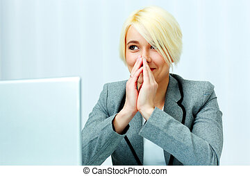felice, donna d'affari, seduta, a, lei, posto lavoro, e, osservare via, in, ufficio