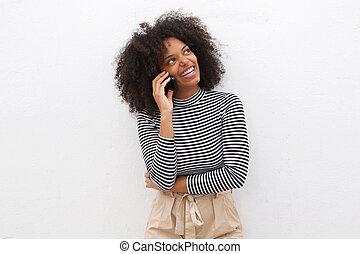 felice, donna nera, comunicando telefono mobile