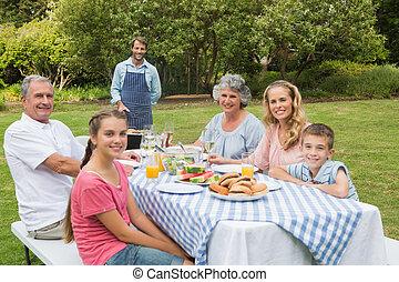 felice, famiglia estesa, avendo barbecue, essendo, cotto, vicino, padre