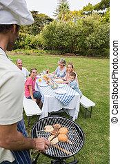 felice, famiglia estesa, avendo barbecue, essendo, cotto, vicino, padre, in, cappello chef, esterno, sole