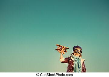 felice, gioco bambino, con, aeroplano giocattolo