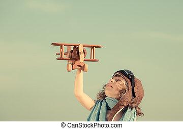felice, gioco bambino, con, aeroplano giocattolo, contro,...
