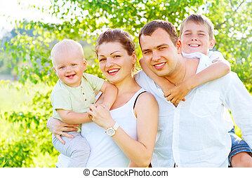 felice, gioioso, giovane famiglia, insieme, in, estate, parco