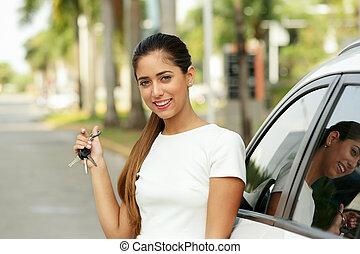 felice, giovane adulto, sorridente, e, esposizione, chiavi, di, macchina nuova