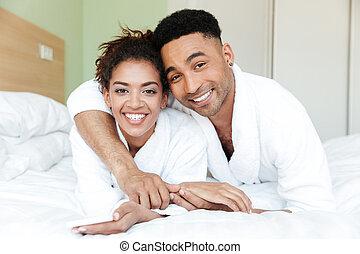 felice, giovane, africano, coppia amorosa, letto