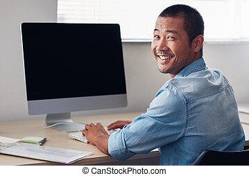 felice, giovane, asiatico, imprenditore, lavoro, su, un, ufficio, computer
