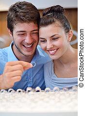 felice, giovane coppia, in, negozio gioielleria