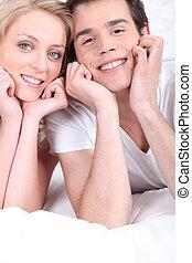 felice, giovane coppia, posa, letto