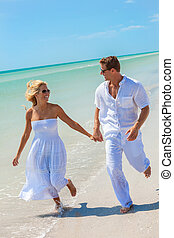 felice, giovane, donna, coppia, correndo, su, uno, spiaggia