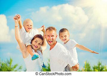 felice, giovane famiglia, con, due bambini, divertimento, insieme