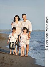 felice, giovane famiglia, divertirsi, su, spiaggia, a, tramonto