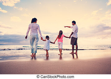 felice, giovane famiglia, su, spiaggia, a, tramonto
