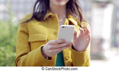 felice, giovane, o, ragazza adolescente, con, smartphone