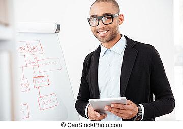 felice, giovane, uomo affari, usando, pc, tavoletta, in, ufficio