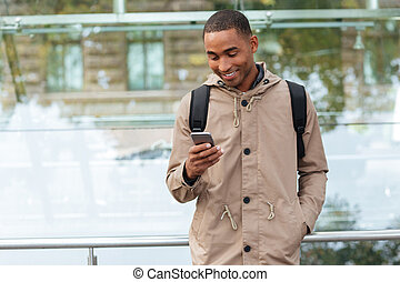 felice, giovane, uomo africano, ciarlare, fuori