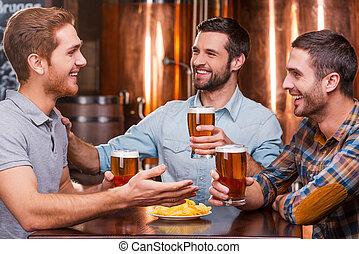 felice, grande, seduta, spendere, uomini, tre, insieme, giovane, parlare, birra, mentre, pub, tempo, bere, friends., usura casuale