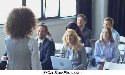 felice, gruppo persone affari, ascolto, a, donna d'affari,...