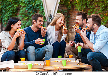 felice, gruppo, seduta, persone, giovane, mentre, insieme., fuori, mangiare, godere, pizza