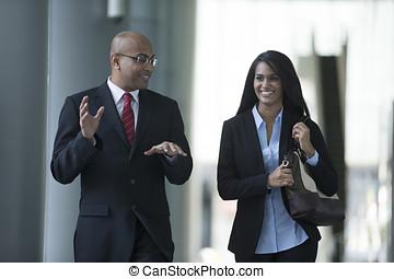 felice, indiano, colleghi affari, camminare, esterno, ufficio.
